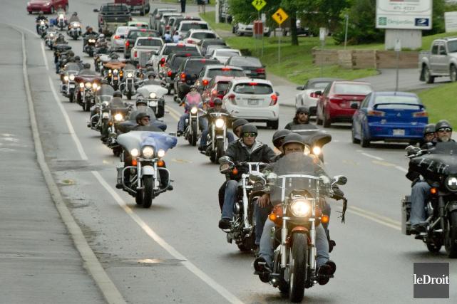Un cortège de motocyclettes s'est rendu aux funérailles... (MARTIN ROY, LE DROIT)