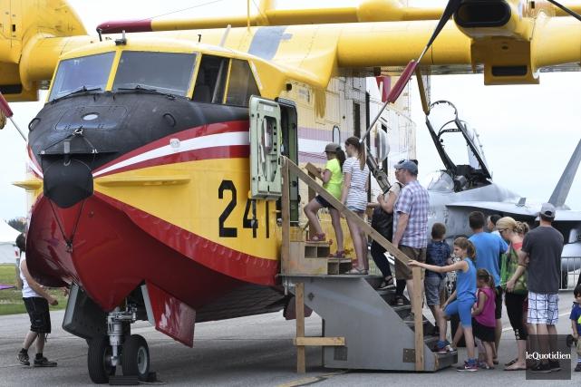 Les familles ont pu admirer des avions et... (Photo Le Quotidien, Michel Tremblay)
