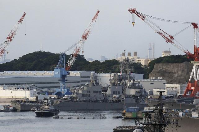 Sérieusement endommagé, le USS Fitzgerald a été escorté... (AP, Eugene Hoshiko)