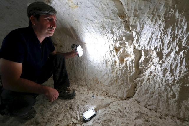 L'archéologue Rémi Martineau souligne que le site fouillé... (AFP, François Nascimbeni)