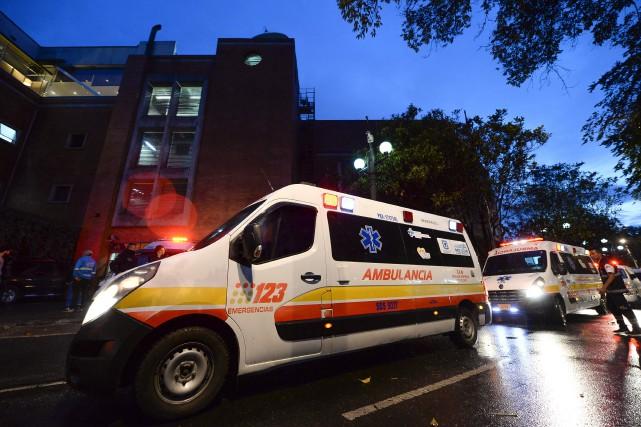 Les ambulances sont arrivées devant le centre commercial... (Photo Raul Arboleda, AFP)