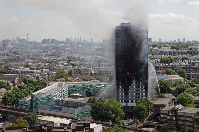L'incendie, d'origine inconnue, a ravagé dans la nuit... (Photo Adrian Dennis, archives  Agence France-Presse)