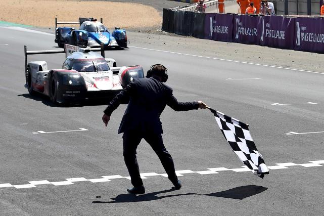 Timo Bernhard dans sa voiture Porschefranchit la ligne... (AFP, Jean-François Monier)