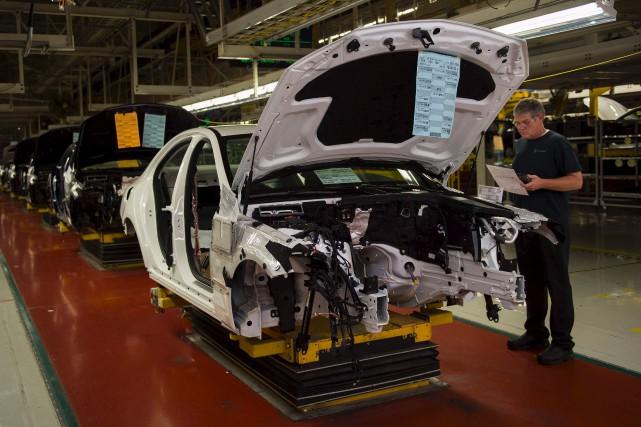 Un ouvrier de l'usine de Mercedes-Benz à Vance,... (AFP, Andrew Caballero-Reynolds)