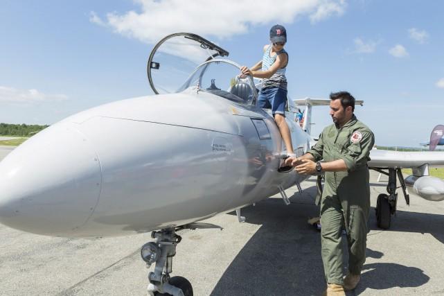 Les aviateurs ont pu partager leur passion avec... (Spectre Média, Mari-Lou Béland)