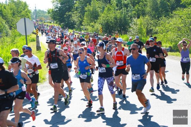 Le peloton du 10km, dimanche matin, comprenait environ... (Catherine Trudeau, La Voix de l'Est)