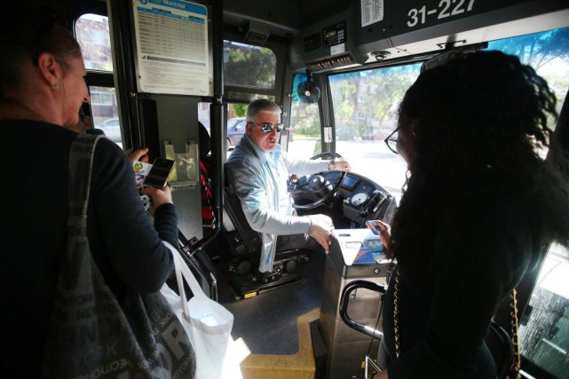 Le chauffeur de la STM Guy Blais encourage... (Photo Martin Chamberland, La Presse)