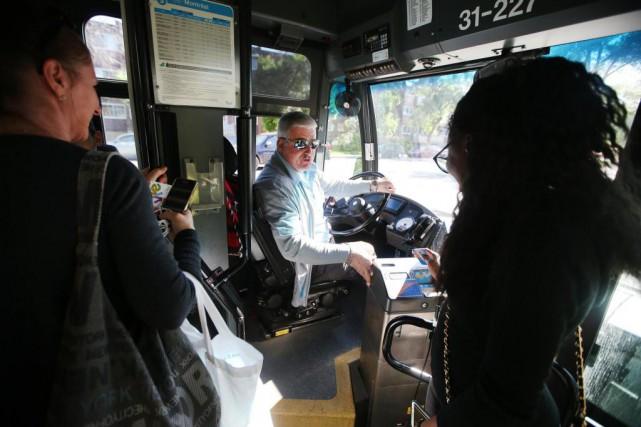 Le chauffeur de la STM Guy Blais encourage... (Photo Martin Chamberland, La Presse)