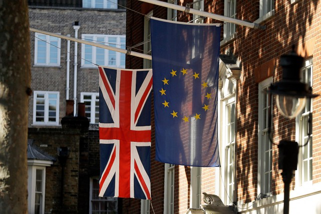 Le drapeau de l'Union européenne et celui de... (Photo Matt Dunham, Associated Press)