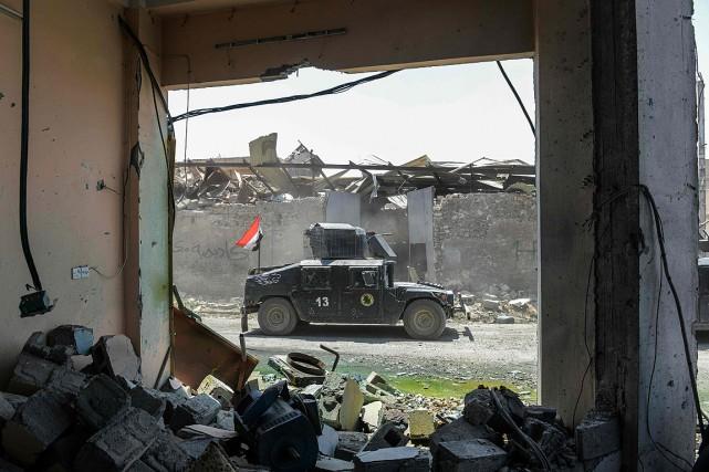Un véhicule des forces de l'armée circule dans... (PHOTO MOHAMED EL-SHAHED, AGENCE FRANCE-PRESSE)
