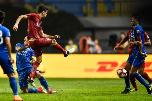 Oscar (à gauche) frappe le ballon avec force... (Photo AFP)