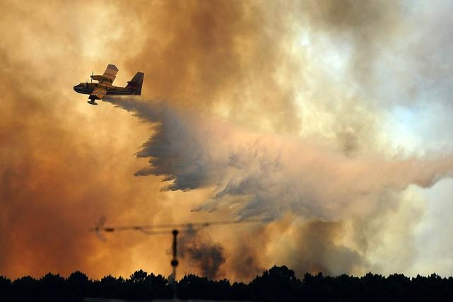 Les flammes ravageaient toujours en fin d'après-midi les... (Photo Paulo Duarte, Associsted Press)