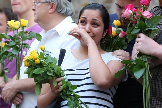 Une vigile a été tenue lundi devant la... (PHOTO AFP)