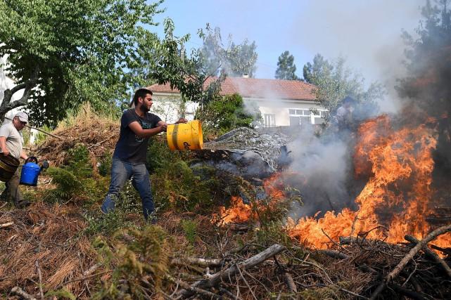 L'immense incendie de forêt qui sévit au Portugal... (AFP, Francisco Leong)