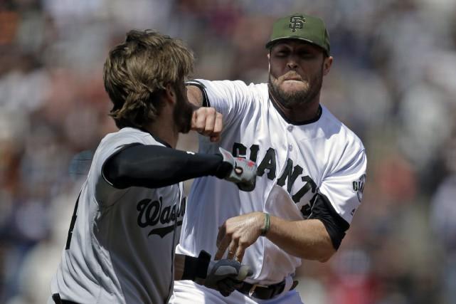 Bryce Harper, à gauche, et le lanceur Hunter... (AP, Ben Margot)