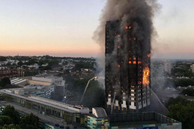 Un incendie dans une tour de logements sociaux... (PHOTO NATALIE OXFORD, AGENCE FRANCE-PRESSE)