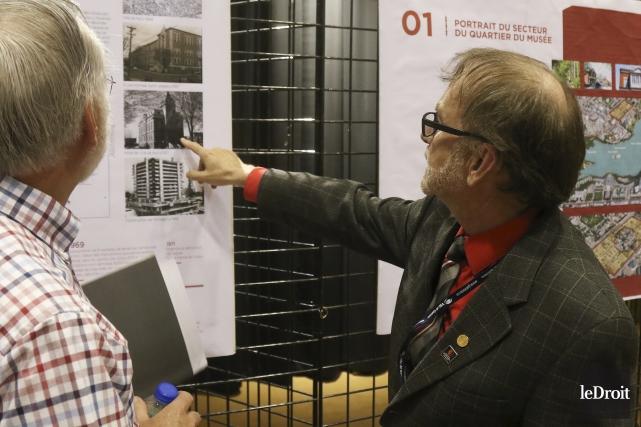 Michel Prévost explique à un participant les atouts... (Patrick Woodbury, Le Droit)