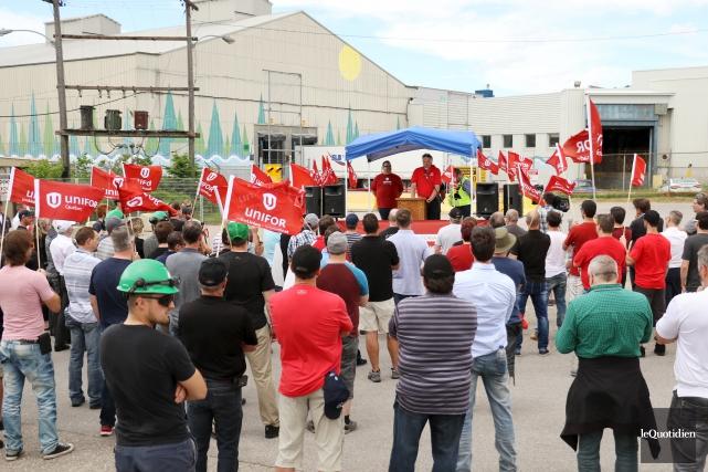 Une manifestation s'est tenue, lundi, devant les installations... (Photo Le Quotidien, Yohann Gasse)