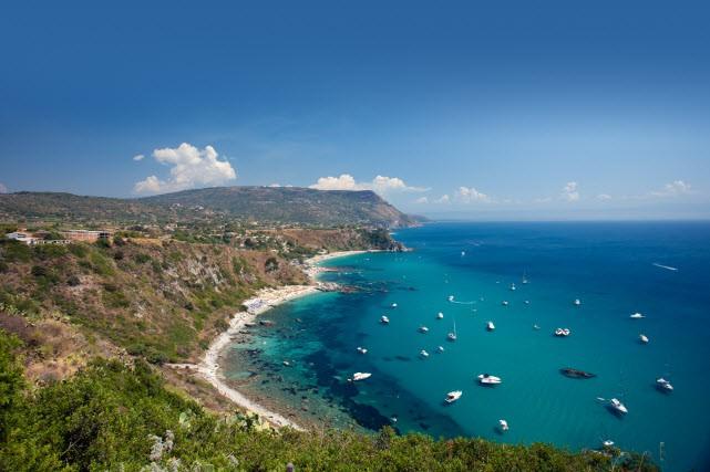 La Calabre se situe à l'extrémité sud de l'Italie, à la pointe de la fameuse «...