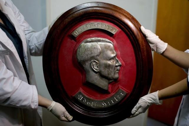 Ces objets, sculptures et pièces artisanales venant d'Allemagne... (Photo Natacha Pisarenko, Associated Press)