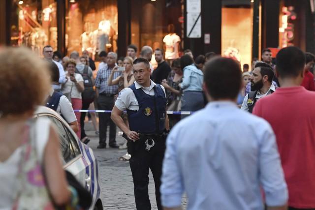 Un policier supervise l'évacuation de passagers de la... (PHOTO AP)