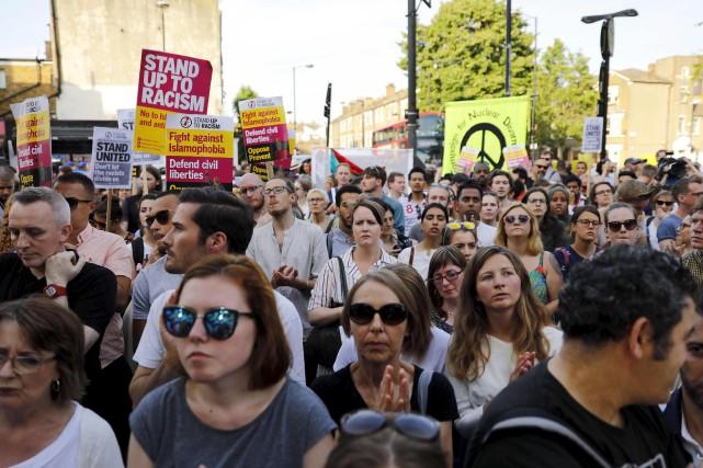 Des Londoniens ont tenu une vigile devant la... (AFP, Tolga Akmen)