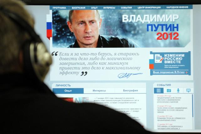 L'image du président russe Vladimir Poutine est affichée... (ARCHIVES AFP)