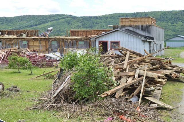 Ce bâtiment de ferme totalement détruit n'est qu'un... (Le Quotidien, Gimmy Desbiens)