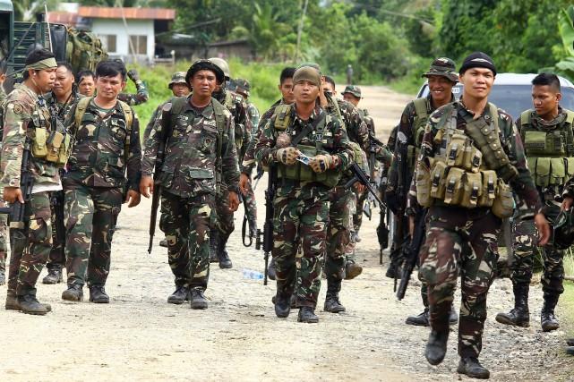 Des soldats philippins en patrouille àPigkawayan, localité agricole... (AFP)