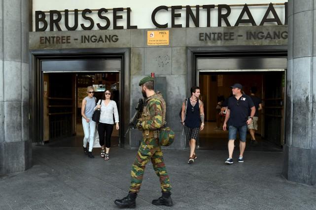 Un soldat belge surveille une entrée de la... (AFP, EMMANUEL DUNAND)