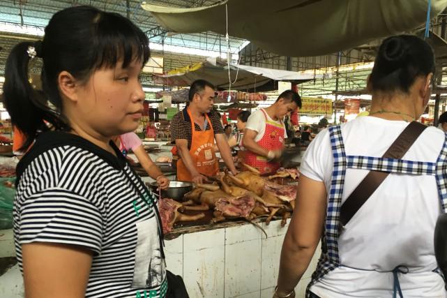 Des vendeurs exposent des carcasses jaunes de chiens... (Photo Becky Davis, Agence France-Presse)