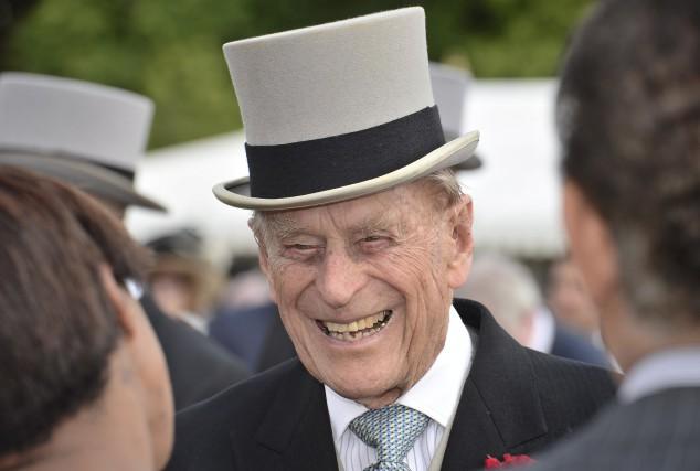 Le prince Philip discute avec des invités lors... (AFP, John Stillwell)