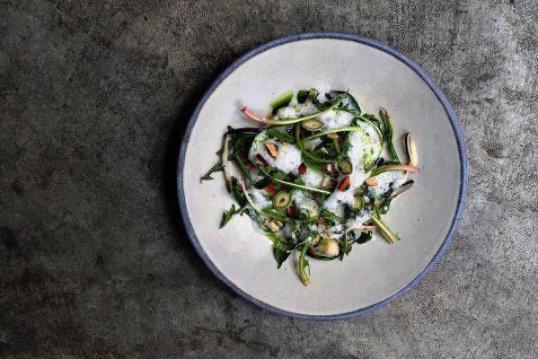 Chez Lyle's,le chef James Lowe prépare des plats... (Photo tirée du fil Instagram de Lyle's)