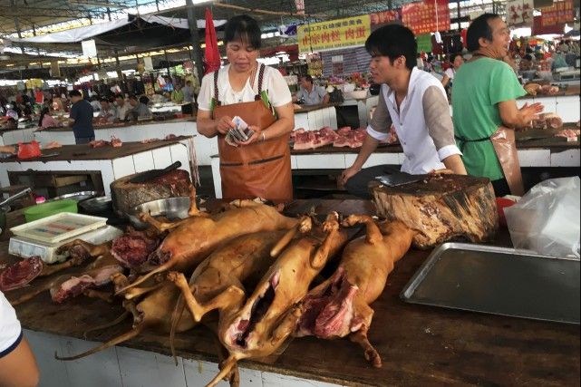 Les marchands de viande de chien sont présentement... (AFP, BECKY DAVIS)