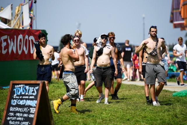 Les festivaliers ont commencé à déferler sur le... (PHOTO REUTERS)
