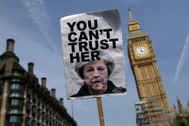 Une affiche brandie par un manifestant anti-Brexit devant... (PHOTO AFP)