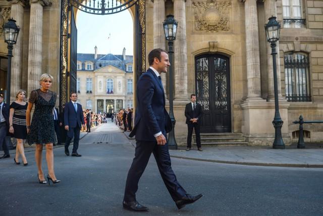 Emmanuel Macron dans l'entrée dupalaisde l'Élysée, mercredi.... (PHOTO AFP)