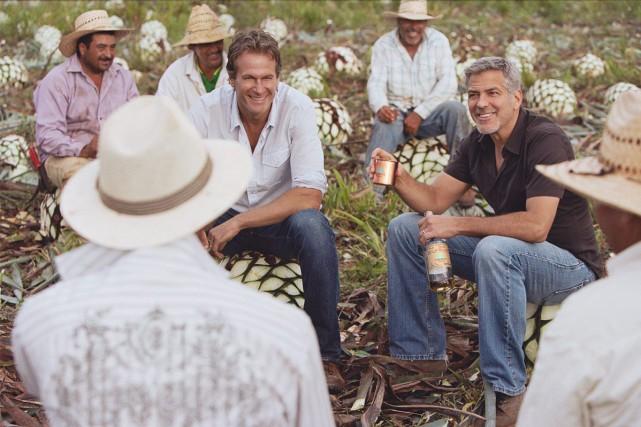 Rande Gerber etGeorge Clooney posent pour une pub... (La Presse)