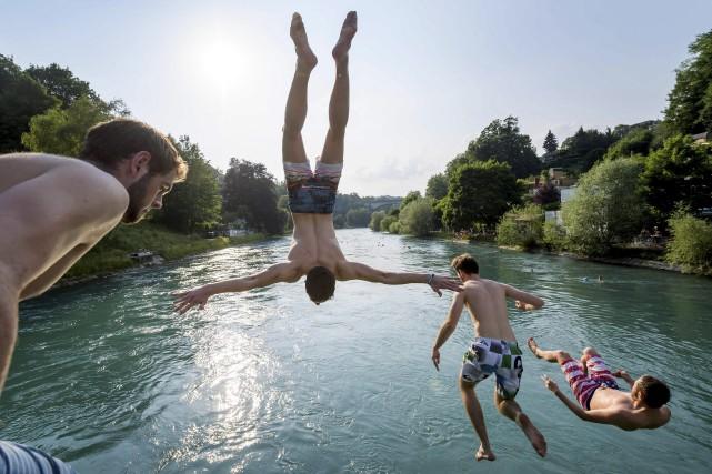 Des jeunes hommes sautent dans la rivière Aare,... (AFP)