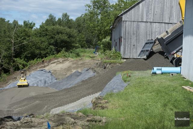 Les travaux de réparation du glissement de terrain... (Stéphane Lessard, Le Nouvelliste)