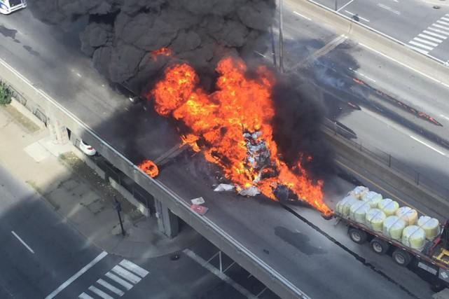La spectaculaire explosion d'un camion-citerne sur l'autoroute métropolitaine... (Photothèque Le Soleil)
