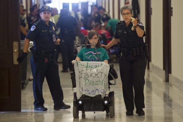 Des manifestants handicapés opposés au projet de réforme... (PHOTO AFP)