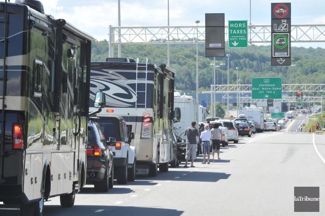 Les Québécois prévoyant transiter via la douane du poste frontalier de... (Archives La Tribune, Maxime Picard)