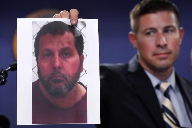 Un agent du FBI montre une photo d'Amor... (PHOTO AP)
