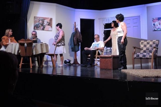 Les six comédiens de la pièce Le capteur... (La Tribune, Ronald Martel)