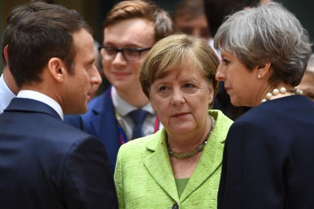 La première ministre britannique, Theresa May (à droite)... (AFP, Emmanuel Dunand)