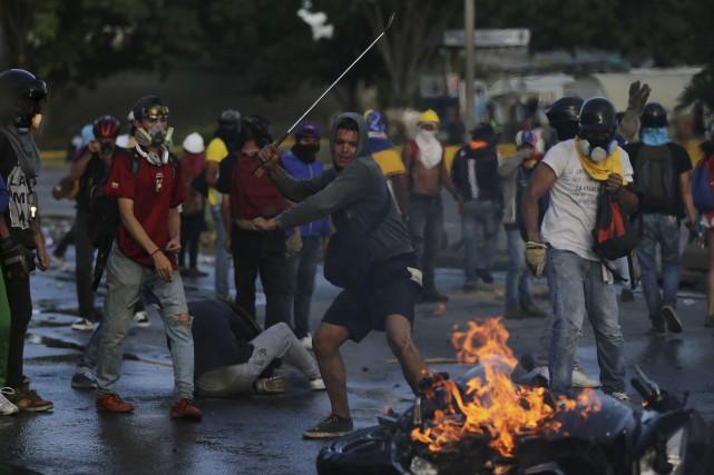 Les manifestations et les violences se sont poursuivies... (AP, Fernando Llano)