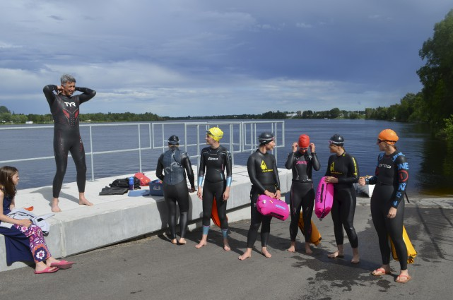 Les nageurs apprécient les conseils donnés par Paul-André... (Photo Le Progrès, Louis Potvin)