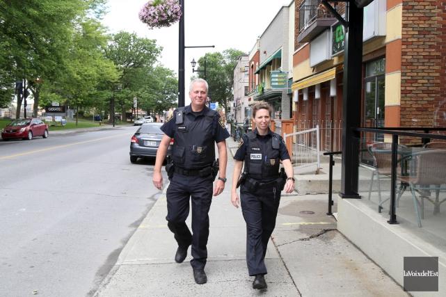 Des policiers de Granby patrouilleront maintenant à pied.... (Janick Marois, La Voix de l'Est)
