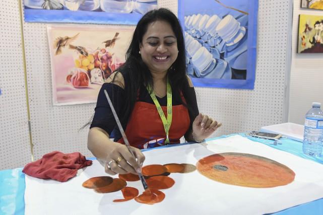 Originaire de l'Inde, Suchismita Sahoo aime peindre des... (Photo Le Progrès, Michel Tremblay)